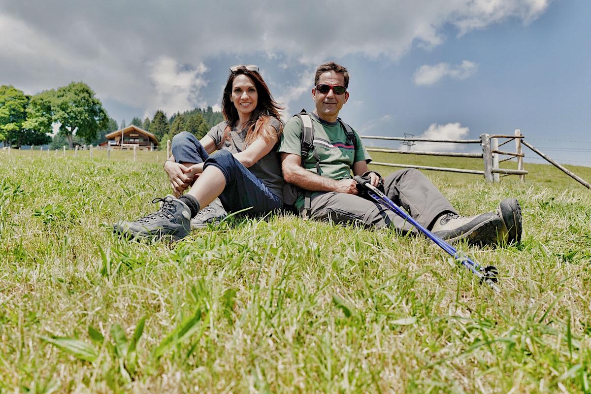 Anna Maier und Walter Thurnherr nach vierstündiger Wanderung am Ziel in Habkern BE.